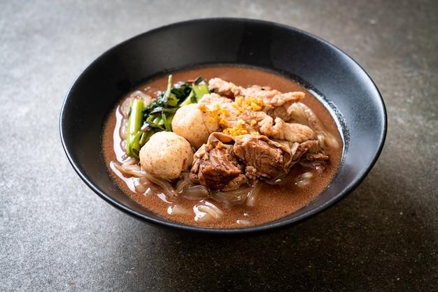 Zupa z makaronem ryżowym z duszoną wieprzowiną