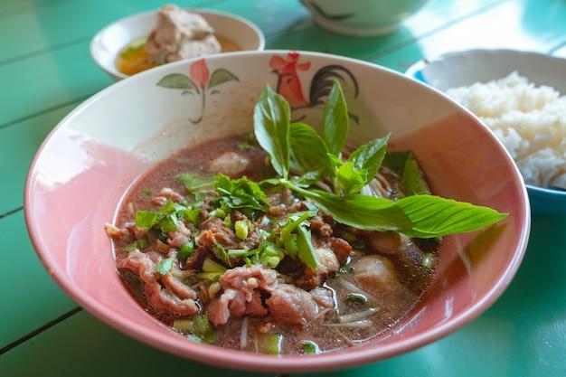 Zupa z makaronem tajskie jedzenie lokalny lunch wołowina