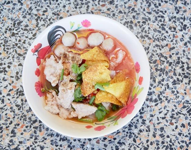 Zupa z makaronem w stylu tajskim z wołowiną
