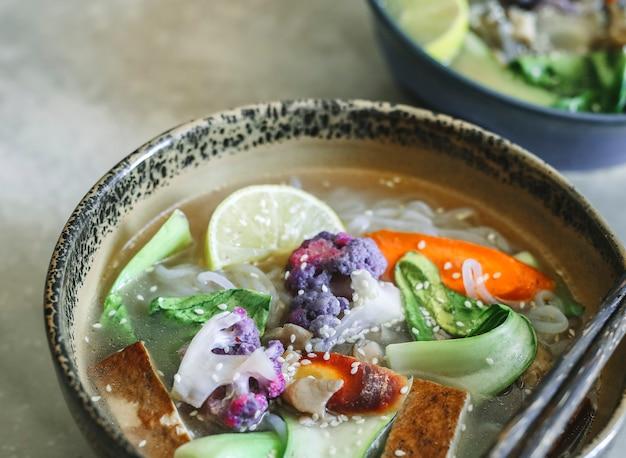 Zupa z makaronem wegańskim z pomysłem na jedzenie fotografia tofu