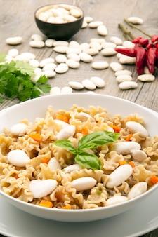 Zupa z makaronu i białej fasoli