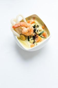 Zupa z owoców morza na białej powierzchni