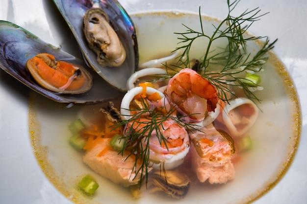 Zupa z owoców morza z małżami, łososiem, krewetkami i kalmarami