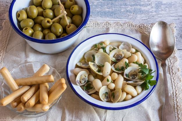 Zupa z owoców morza z oliwkami i paluszkami