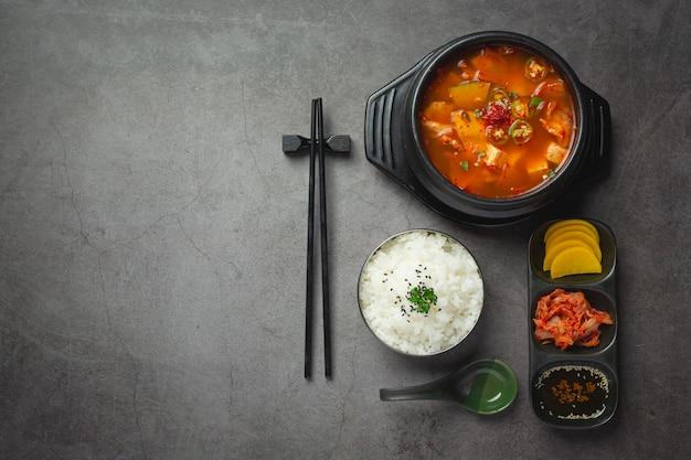 Zupa z pasty fasolowej po koreańsku