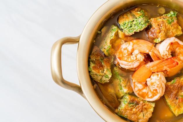 Zupa z pasty z tamaryndowca z krewetkami i omletem warzywnym, azjatycka kuchnia