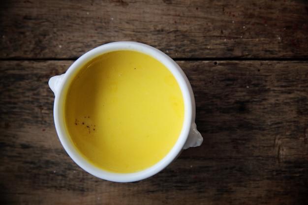 Zupa z pieczonej dyni na drewnianym tle