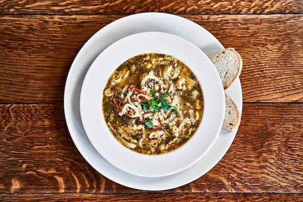 Zupa z polskich flaków wołowych na drewnianym stole