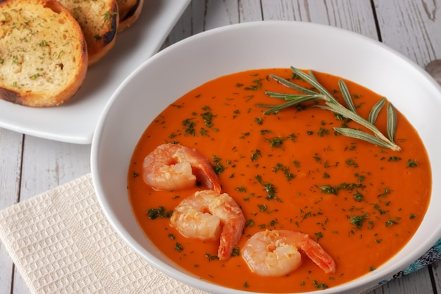 Zupa z puree fasolowym z krewetkami, pomidorami i rozmarynem. zdrowa domowa dieta. zupa wegetariańska, wegańska.