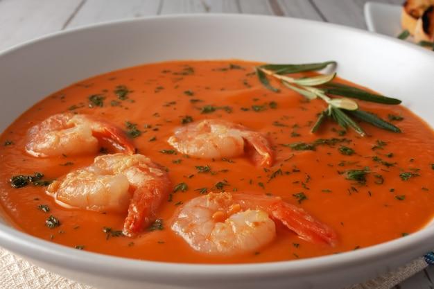 Zupa z puree fasolowym z krewetkami, pomidorami i rozmarynem.