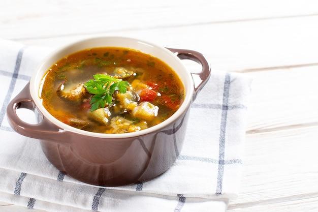 Zupa z soczewicą i warzywami na lekkim stole. miejsce na tekst