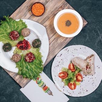 Zupa z soczewicy, bułki serowe i arabska shaurma.