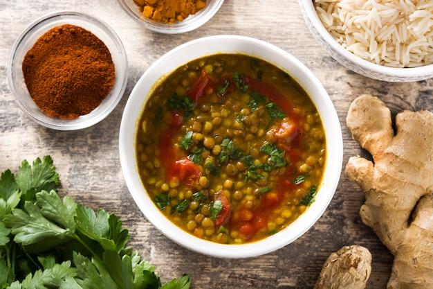 Zupa z soczewicy indyjskiej dal (dhal) w misce na drewnianym stole. widok z góry.