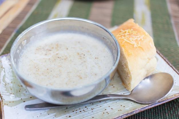 Zupa z trzech grzybów składająca się z grzybów shitake, pieczarek złocistych