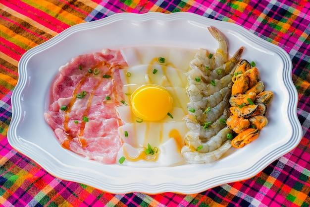Zupa z wieprzowina puli krewetki kalmary skorupiaki owoce morza hot pot tajskim stylu