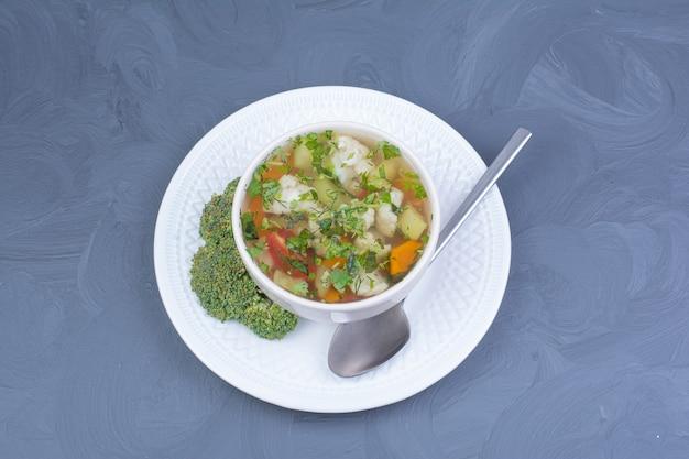 Zupa z zielonego brokuła w bulionie z warzywami