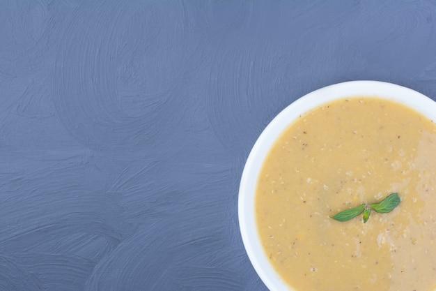 Zupa z zielonej fasoli z soczewicy w białym talerzu.