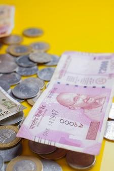 Zupełnie nowe banknoty w indyjskiej walucie w pakiecie o wartości 500 i 2000 rupii