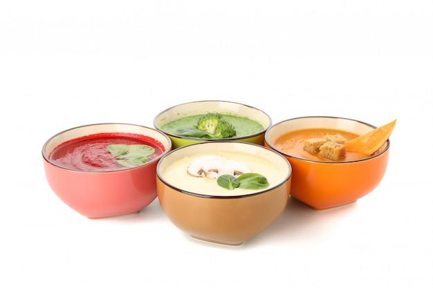 Zupy jarzynowe na białym tle. zdrowe odżywianie