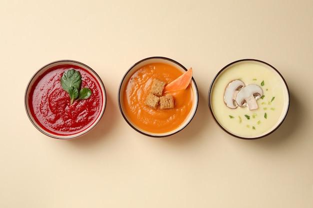 Zupy warzywne na beżowym, widok z góry