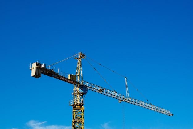Żuraw budowlany na tle niebieskiego nieba