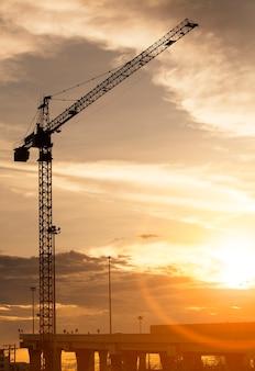 Żuraw na budowie i niebo zachód słońca