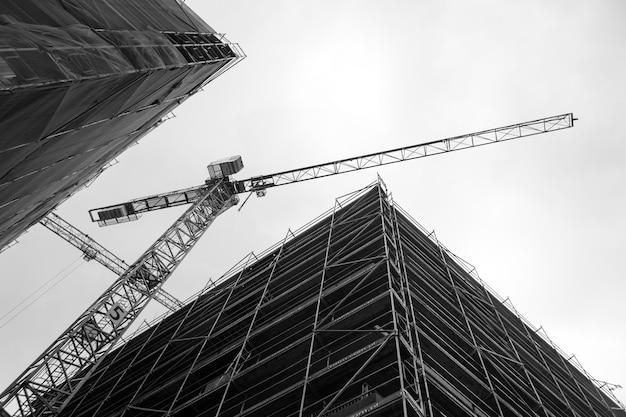 Żuraw na placu budowy
