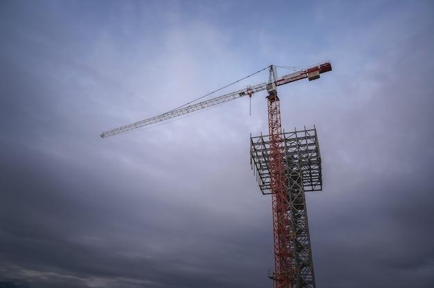 Żuraw wieżowy na wieczorne zachmurzone niebo