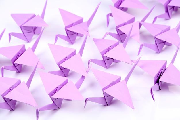 Żurawie origami w tle