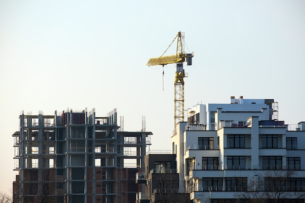 Żurawie wieżowe i wysokie budynki mieszkalne w budowie. rozwój nieruchomości.
