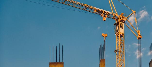 Żurawie wieżowe na budowie