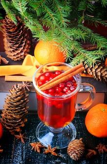 Żurawinowy napój gorący cynamonowe gałęzie boże narodzenie tło zimowy cios