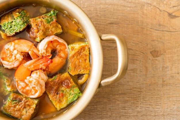 Żurek na bazie pasty z tamaryndowca z krewetkami i omletem warzywnym - azjatycki styl