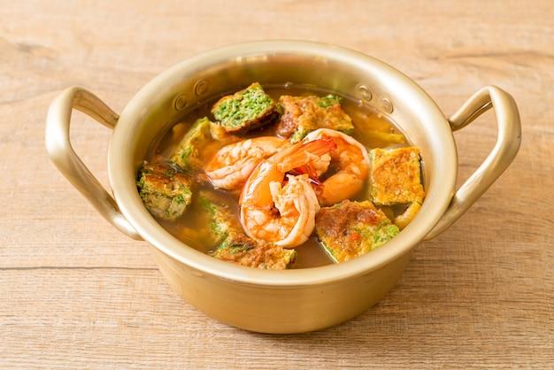 Żurek z pasty z tamaryndowca z krewetkami i omletem warzywnym, azjatycki styl
