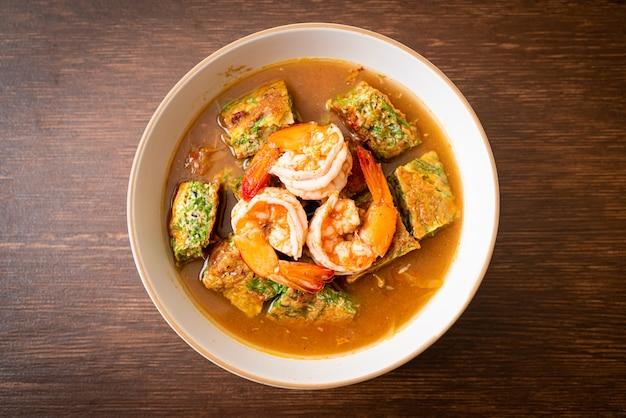 Żurek z pasty z tamaryndowca z krewetkami i omletem warzywnym - azjatycki styl