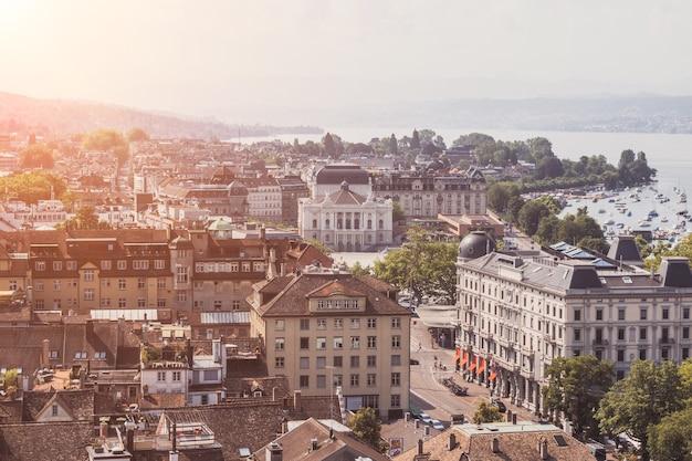 Zurych, szwajcaria - 19 czerwca 2017 r.: widok z lotu ptaka na zabytkowe centrum miasta zurych z operą i jezioro zuryskie od kościoła grossmunster, szwajcaria. słoneczny dzień w lecie