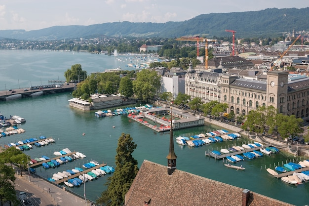 Zurych, szwajcaria - 19 czerwca 2017 r.: widok z lotu ptaka na zabytkowe centrum zurychu i rzekę limmat od kościoła grossmunster w szwajcarii. letni krajobraz