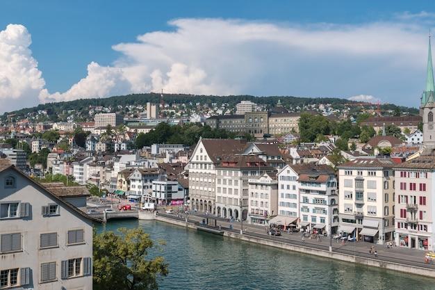 Zurych, szwajcaria - 21 czerwca 2017: widok na zabytkowe miasto zurych i rzekę limmat z parku lindenhof, zurych, zurych, szwajcaria. letni krajobraz, słoneczna pogoda, błękitne niebo i słoneczny dzień