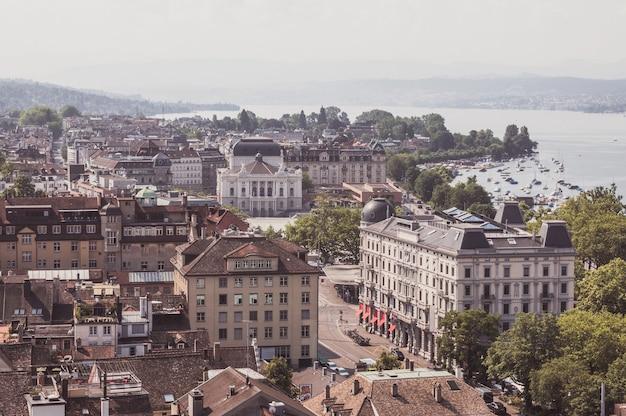 Zurych, szwajcaria - 21 czerwca 2017: widok z lotu ptaka centrum miasta zurych z opery i jeziora zurych od kościoła grossmunster, zurych, szwajcaria. letni krajobraz, słoneczna pogoda i słoneczny dzień