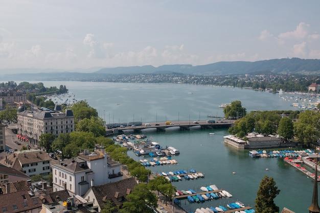 Zurych, szwajcaria - 21 czerwca 2017: widok z lotu ptaka na centrum miasta zurych i jezioro zurych od kościoła grossmunster, zurych, szwajcaria. letni krajobraz, słoneczna pogoda i słoneczny dzień