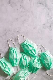 Zużyta maska higieniczna w koszu na śmieci zapobiegała wirusowi covid19 poprzez oddzielenie