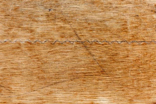 Zużyta powierzchnia drewna z zadrapaniami