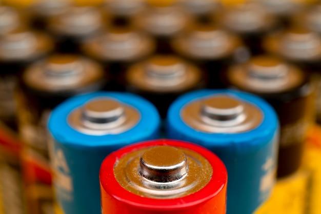 Zużyte baterie ułożone w kształcie trójkąta