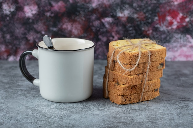 Związane plastry ciasta podawane z kubkiem napoju.