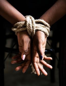 Związane ręce niewoli kobiety