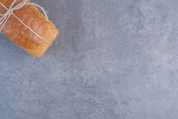 Związany blok krojonego chleba na marmurowym tle. zdjęcie wysokiej jakości