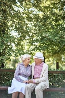 Związek para emerytów siedzi romantyczny