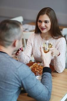 Związek. urocza para w kawiarni