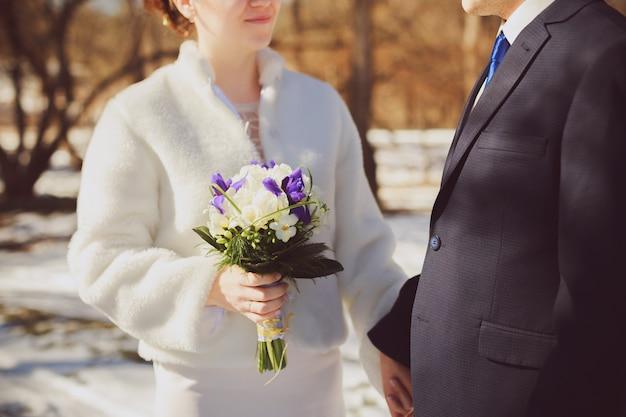 Związku i ślubu pojęcie z zakończeniem up mężczyzna i kobiety państwo młodzi