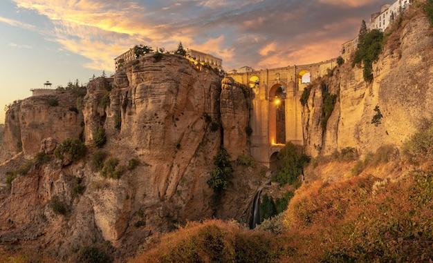 Zwiedzanie miasta ronda, wakacje na klifie ronda w hiszpanii.